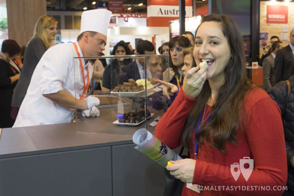 Vanina degustando un bombón belga en FITUR