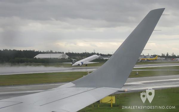 McDonnell Douglas MD-90 (OH-BLF) despegando