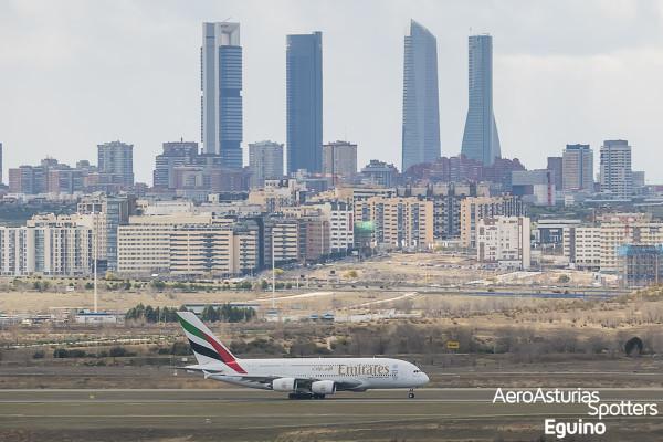 Airbus A380-861 (A6-EEL) Emirates con los rascacielos de Madrid