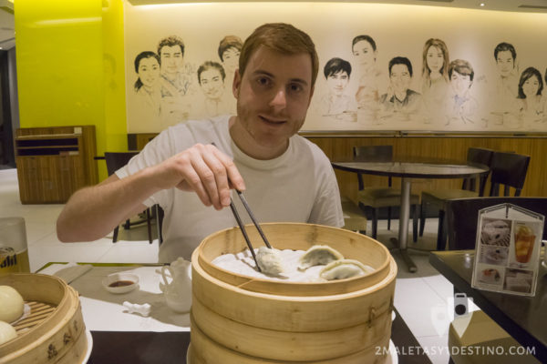 Alfonso Eguino comiendo dumplings