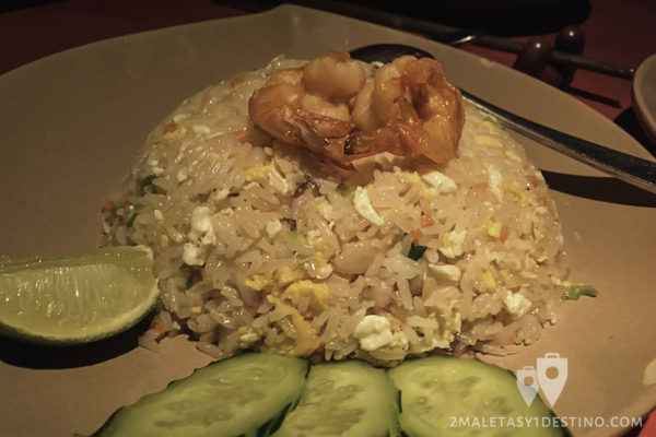 Arroz frito tailandés con marisco