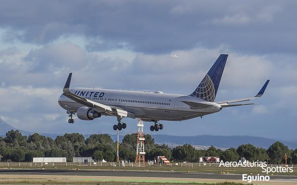Boeing 767-300 (N661UA) United Airlines aterrizando e Iberia despegando
