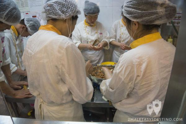 Cocineros haciendo dumplings