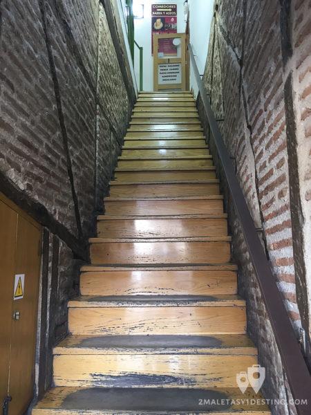 Escaleras de entrada al Mesón Cervantes