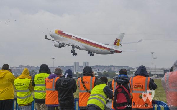 Spotters fotografiando Airbus A330-302 (EC-LUX) Iberia