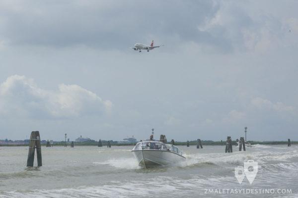 Taxi y avión en Venecia