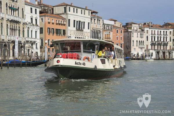 Vaporetto por un canal de Venecia