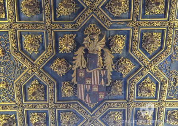 Artesonado con escudo real español