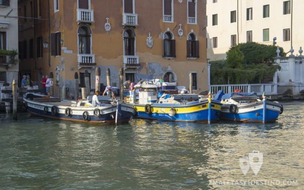 Barcos de transporte en Venecia