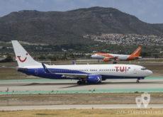 Boeing 737-85F (YR-BMC) Arkefly y Airbus 319 de easyJet aterrizando