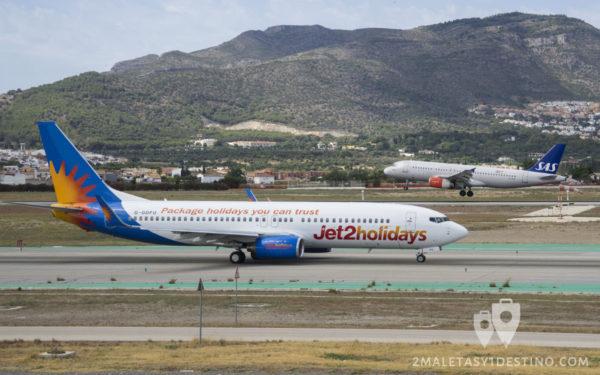 Boeing 737-8K5 (G-GDFU) Jet2 y Airbus A320 SAS despegando