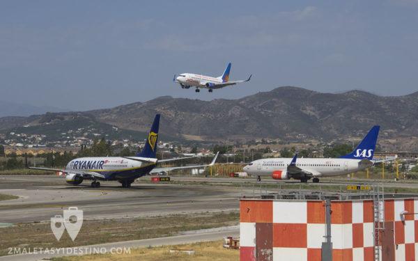 Boeing 737 de Jet2 aterrizando con Ryanair y SAS