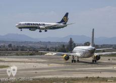 Boeing 737 de Rayanair aterrizando y A320 de Vueling