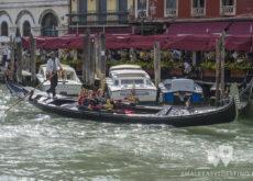 Gondola en el Gran Canal de Venecia