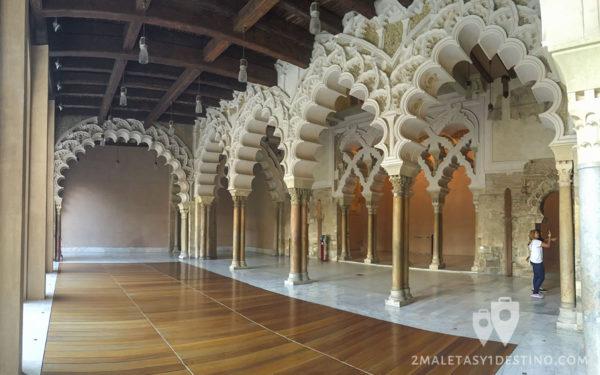 Patio de columnas y arquerías