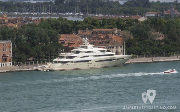 Yate privado atracado en Venecia