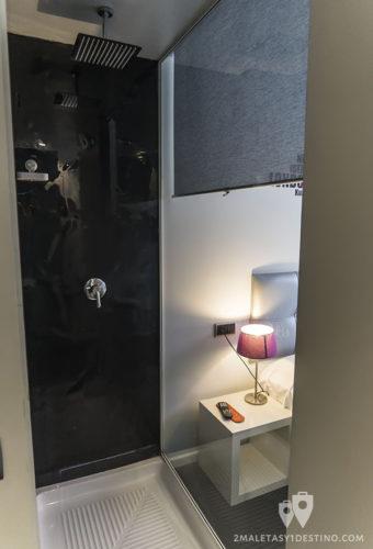 Hostal Q - Detalle de la ducha en la habitación