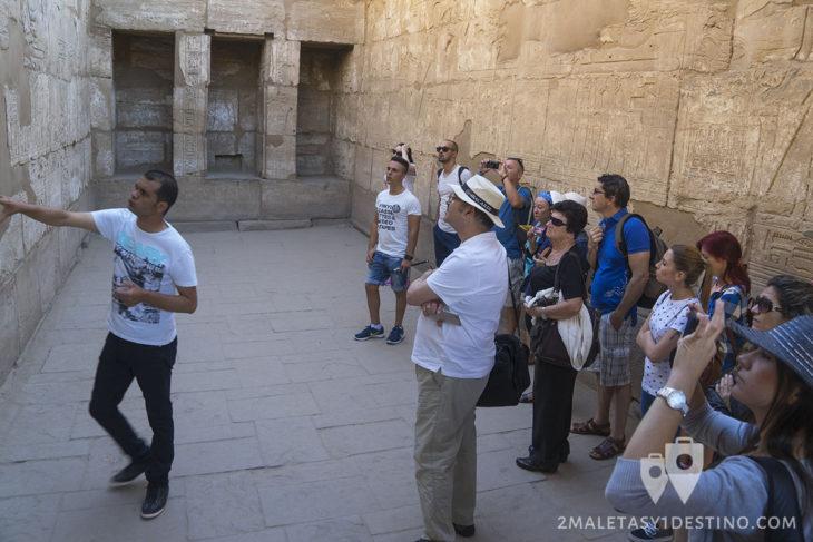 Guía explicando en Egipto