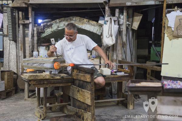 Artesano del cristal de Murano en Venecia