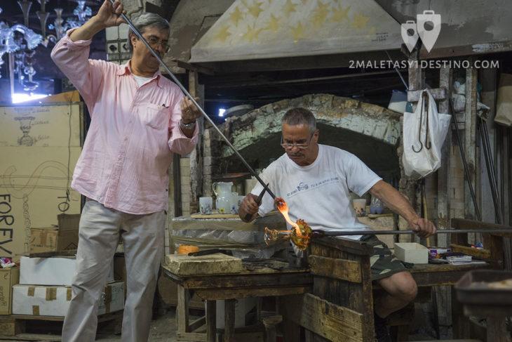 Artesano del cristal de Murano trabajando en Venecia
