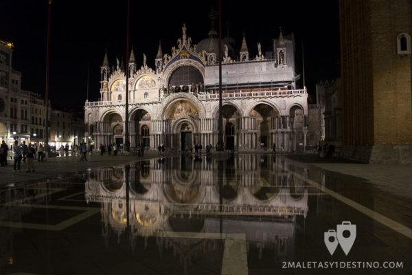 Basílica de San Marcos reflejada en la Plaza