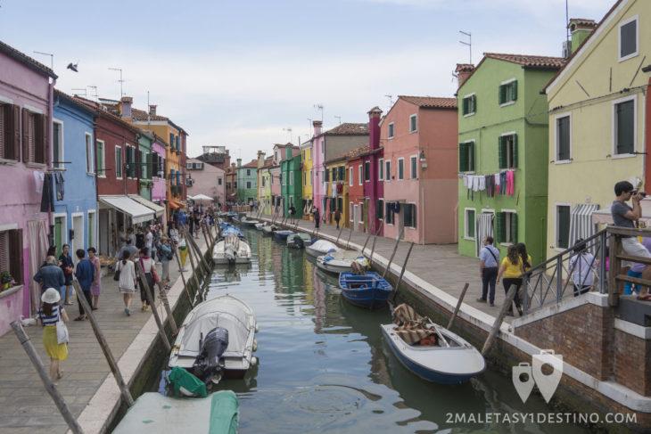 Canales de Burano con casas de colores en Venecia