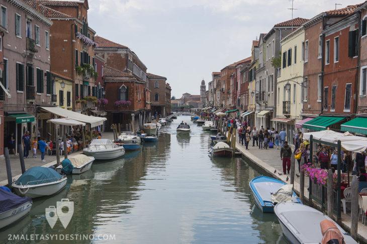 Canales de Murano con la Basilica al fondo en Venecia