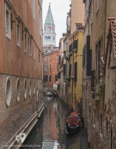 Canales de Venecia con el Campanario de San Marcos