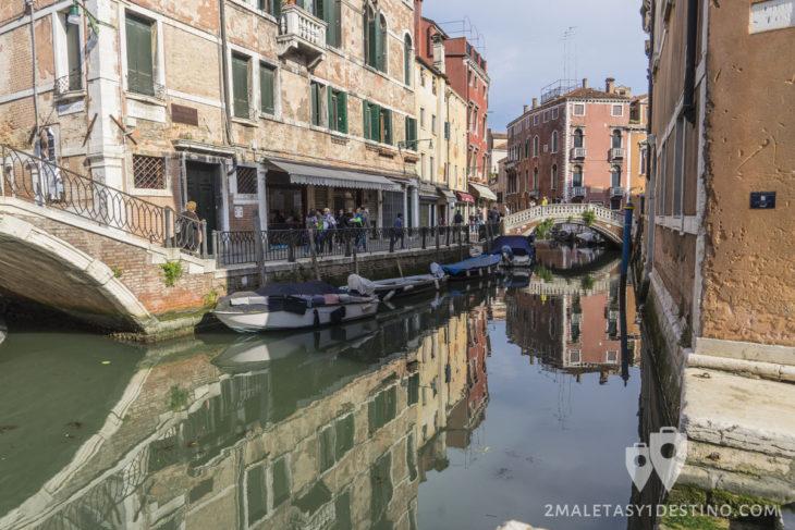 Canales y reflejos en los canales de Venecia
