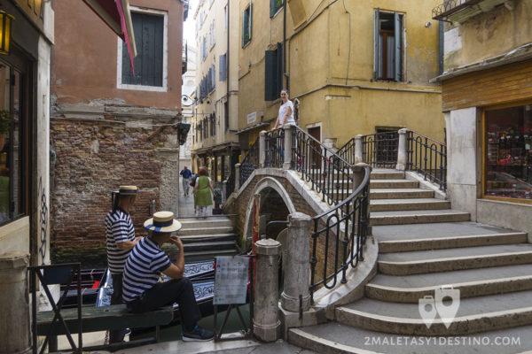 Gondolieri en Venecia y Vanina