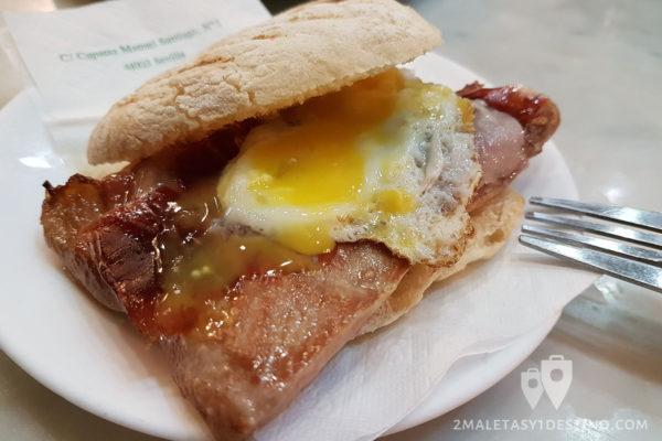 Montadito de secreto y jamón con huevo - Los Claveles