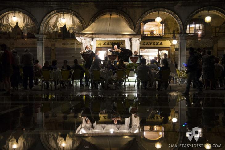 Orquesta en la Plaza San Marcos por la noche