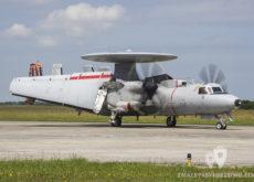 E-2C Hawkeye con las alas plegadas