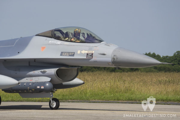 Piloto saludando. F-16 A/B MLU Fighting Falcon