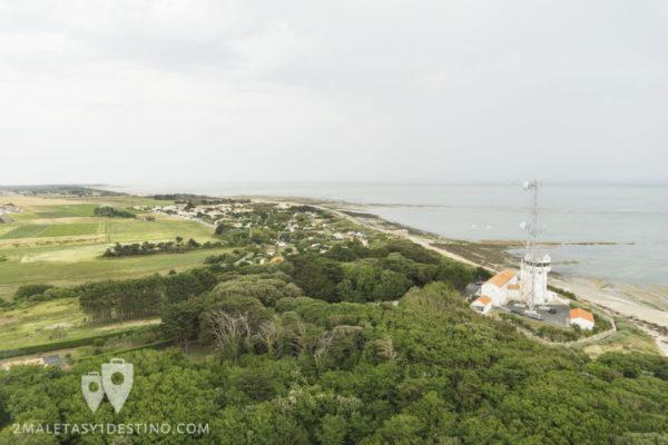 Vistas de las marismas desde el Faro de las Ballenas en Ile de Re en Francia