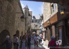 Calles medievales concurridas de Mont Saint Michel en Francia
