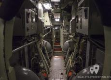 Estrechos pasillos en el Submarino Espadon en Saint Nazaire en Francia