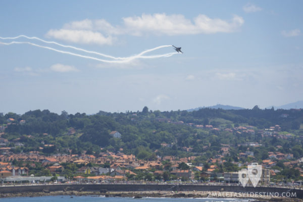 F-16 haciendo un tonel sobre Gijon