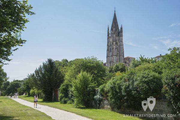 Senda hacia la Basilica de Saint-Eutrope en Saintes en Francia