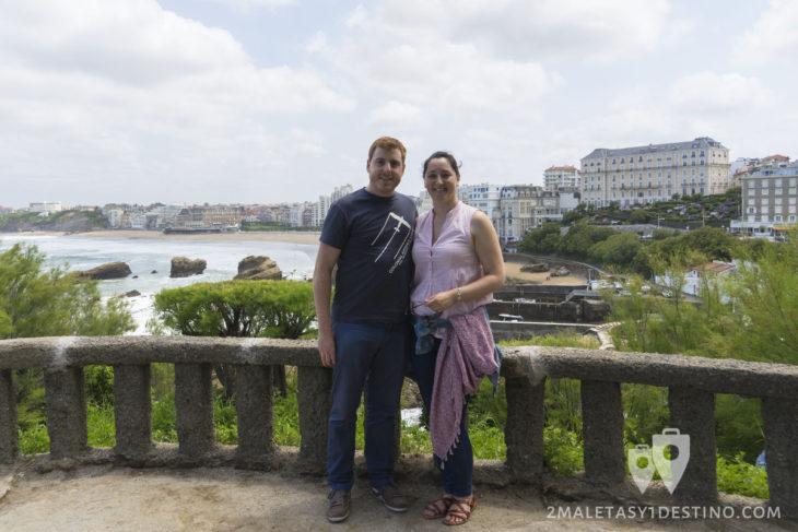 Vanina y Alfonso desde el mirador de Biarrtiz en Francia
