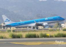 Embraer 190 de KLM aterrizando en el Aeropuerto de Bilbao