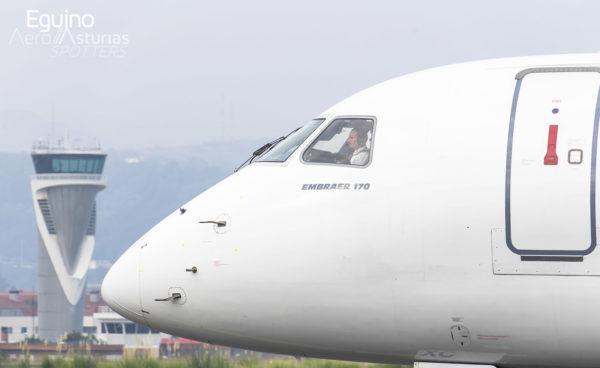 Piloto del Embraer 170 de HOP en el Aeropuerto Bilbao