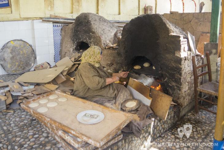 Mujer egipcia cocinando pan