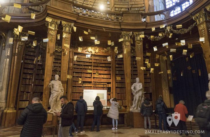 Libros y escultura de la Biblioteca Nacional de Austria