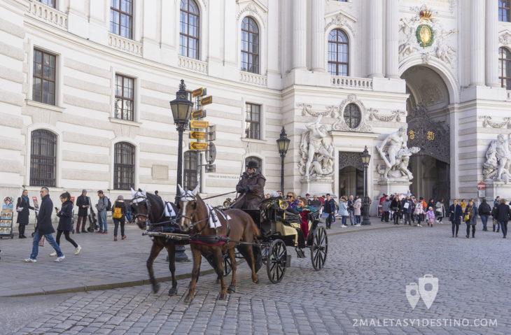 Carruaje frente al Palacio Hofburg