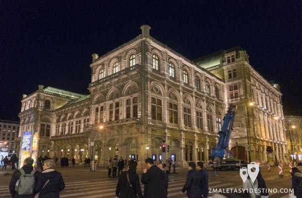 Opera Viena (Staatsoper) iluminada de noche