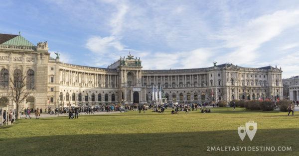 Palacio Imperial de Hofburg desde la Plaza de los Héroes