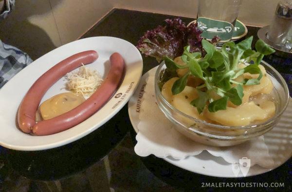 Salchichas Frankfurter y ensalada de patata