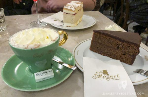 Tarta Sacher y chocolate con nata
