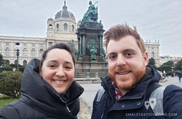 Vanina y Alfonso en la Plaza Maria Teresa
